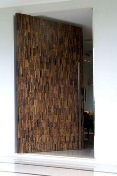 Porta Pivotante para acesso social com medidas de 1.30x2.35 revestida com mosaico de madeira da Entalhe Natural
