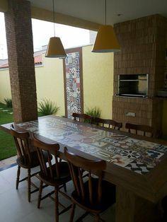 Gostei da ideia combinar detalhes da parede com da mesa Outdoor Dining, Outdoor Tables, Outdoor Decor, Diy Patio, Backyard Patio, Tile Tables, Diy Terrasse, Porche, Cuisines Design