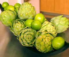 9 IDEAS FOR UNIQUE (AND EASY!) WEDDING CENTERPIECES:  Who says flowers should have all the fun? Create a centerpiece that will leave blooms green with envy by mixing and matching artichokes and limes.