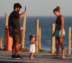 Deborah Secco, Hugo Moura e a filha, Maria Flor na praia (Foto: AgNews)