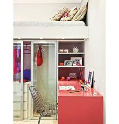 Sem perder o espaço do closet, este ambiente conta com mesa de escritório em salmão, e cama suspensa.