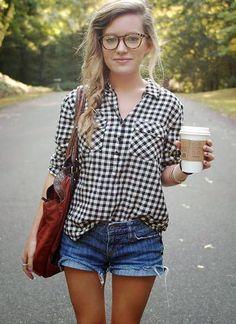 黒ギンガムチェックシャツ×ショートパンツのコーデ(レディース)海外スナップ | MILANDA