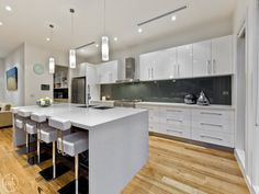 Modern open plan kitchen design using floorboards - Kitchen Photo 1108313