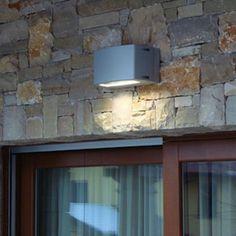 Boluce Blues Mini Monodirezionale fluorescente apparecchio da parete per illuminazione esterna con un vetro per un fascio luminoso largo. Colore: bianco, nero, silver e antracite.