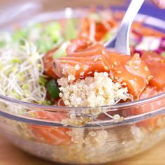 Raw salmon poke bowl - Make a light and healthy recipe with the Poke Bowl with raw salmon - Vegetarian Recipes Videos, Easy Chicken Dinner Recipes, Healthy Recipe Videos, Healthy Crockpot Recipes, Cucumber Recipes, Sushi Recipes, Raw Food Recipes, Salmon Recipes, Food Videos