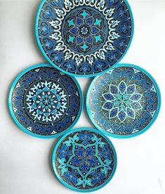 No photo description available. Dot Art Painting, Mandala Painting, Ceramic Painting, Ceramic Art, Mandala Art, Painted Ceramic Plates, Hand Painted Dishes, Pottery Painting Designs, Plate Art