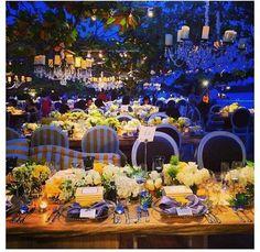Si estás pensando en una boda al aire libre esta decoración de verano es ideal para la fiesta perfecta: rosas blancas, jazmines y fresias en los centros de mesa, servilletas grises con detalles en amarillo, mucho color y elegancia!