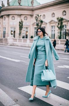 Monochrome outfit for a modern and elegant winter look - Mode Monochrome, Monochrome Outfit, Look Fashion, Winter Fashion, Blue Fashion, Fashion Women, Fashion 2020, Trendy Fashion, Fashion Trends