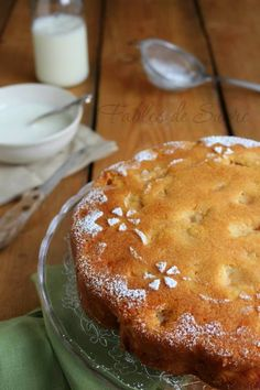 Torta di mele soffice e umida, piena zeppa di cubetti teneri di mela. Fantastica per la merenda o colazione accompagnata da un bicchiere di latte caldo.