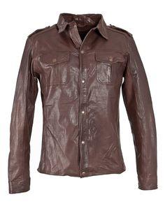 Lederjacke, Herren Knox    Tolle Lederjacke von Mustang. Geschnitten wie ein Hemd ist diese leichte Jacke der perfekte Begleiter für den Sommer. Die Jacke besitzt zwei Brusttatschen und wird mit einer Reihen von Druckknöpfen verschlossen.    Kragenform: Stehkragen  Materialzusammensetzung in %: 100% Leder  Pflegeanleitung: Lederspezialreinigung  Rückenlänge: bei M 67 cm  Schnitt: Gerade  Versch...