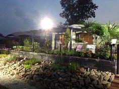 TERRADO terrasoverkapping met geïntegreerde zonwering en led-verlichting.  Plaatsing die is gerealiseerd tijdens één van de tv-uitzendingen Robs Grote Tuinverbouwing.