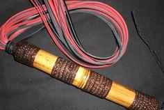 Flogger de tiras de couro, com cabo de bambú decorado e envernizado.  cabo- 23 cm tiras-60 cm Disponível nas cores -preto/vermelho/vermelho e  preto. http://www.wzfetish.com.br/produtos/FLOGGER-DE-COURO.html