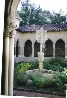 Interior courtyard at the Cloisters in Fort Tryon Park.  NEW YORK CITY.