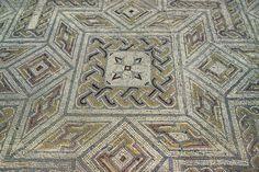 PORTUGAL: CONÍMBRIGA Embora não seja a maior das cidades romanas de Portugal, Conímbriga é sem dúvida a mais bem preservada. As ruínas incluem mosaicos, banhos públicos e ruínas de casas e edifícios públicos