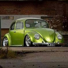 Volkswagen New Beetle is a compact car introduced by Volkswagen in The exterior design of this car is taken from the original Beetle. Vw Bus, Volkswagen New Beetle, Beetle Car, Beetle Juice, Carros Vw, Vw Modelle, Combi Wv, Green Beetle, Kdf Wagen
