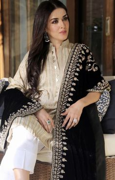 Natasha Khalid in Misha Lakhani Couture, Pakistan Mode Abaya, Mode Hijab, Indian Attire, Indian Wear, Pakistani Outfits, Indian Outfits, Ethnic Fashion, Asian Fashion, Velvet Shawl