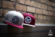Graue Krone mit weinrotem Schirm? Oder weinrote Krone mit grauem Schirm? Decisions, decisions, decisions… Falls du dich für keines dieser Snapback-Schmuckstücke von Brixton entscheiden kannst, findest du in unserem Onlineshop noch einige mehr! #snipes #snipesknows #brixton #cap #caplove #snapback