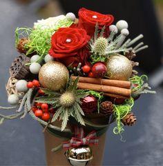 Scrummy festive design in tall terracotta pot