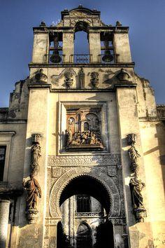 La puerta del perdón, salida de la catedral. Sevilla. España.