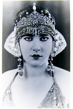 """Nita Naldi (November 1894 – February was an American silent film actress. She was usually cast in the role of the """"femme fatale"""" """"vamp"""", a persona first popularized by actress Theda Bara. Vintage Glamour, Vintage Beauty, Vintage Ladies, Vintage Fashion, 1920s Glamour, Vintage Dance, Vintage Woman, Belle Epoque, Divas"""