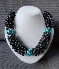 Zwarte halsketting met groene kralen.  AnnesSierraad
