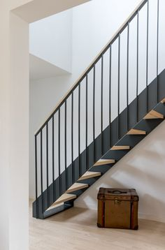 Arts & crafts house by design storey scandinavian Arts & Crafts House: Stairs by design storey Staircase Design Modern, Staircase Contemporary, Modern Stairs, Railing Design, Steel Stairs Design, Staircase Ideas, Small Media Rooms, Arts And Crafts House, Home Crafts