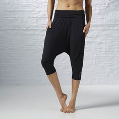 Yoga feeds your inner peace. Our LES MILLS™ slouchy capris nourish your outer zen. With their relaxed cut that tapers to the knee and a forward fold-friendly waist, they flow from the studio mat to an after-class street run in well-balanced style.