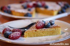 Mmmm.... lyst på noe godt midt i uka?  Da kan jeg anbefale denne lettlagde kaken her! Kladdekaker kjennetegnes av at deigen bare skal røres raskt sammen. Konsistensen blir myk og litt klebrig - nesten som brownies. Denne kaken lages imidlertid uten kakao og blir lys i fargen. Kakenfår supernydelig smak av sitron, hvit sjokolade, vaniljeog friske bær!