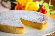 Mmmm.... supernydelig kake som er veldig lettvint å røre sammen. Konsistensen på denne kaken skal være kladdete som en konfektkake, og smaken både nydelig frisk og søt på samme tid. Jeg elsker sitronkaker, og denne er intet unntak. En av mine virkelige favorittoppkrifter! Norwegian Food, Blueberry Cake, Sweet Cakes, Trifle, Something Sweet, Macaroons, Let Them Eat Cake, Frisk, Cake Recipes
