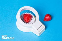 Ein Eierschneider ist ein ziemlich vielseitiges Gerät. Man kann ihn für viele Obst- und Gemüsesorten benutzen (zum Beispiel Erdbeeren), um gleichmäßige Scheiben zu bekommen. Auch mit Mozzarella funktioniert er super! Foto: Torsten Kollmer