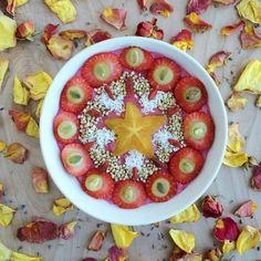 'Nice cream de fresas, polvo de remolacha y plátano con fresas, uvas verdes…