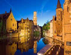 Brujas es una de las ciudades de mayor atracción turística, y con por una buena razón. Es una hermosa ciudad, con una arquitectura espectacular y bellos canales que se suman a su atractivo.