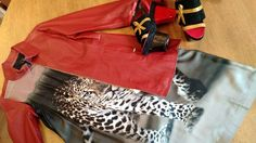 Combinação estilosa de hoje é: vestido com estampa digital Gloria Coelho casaco de couro vermelho e sandálias tamanco com inspiração oriental Fernando Pires. Look arraso total! http://ift.tt/29Ss7Qh #moda #campinas #grife #modabrasileira