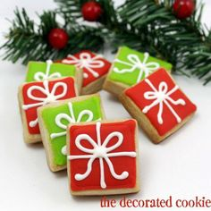 Step-by-step decorating instructions to make Christmas present cookies - - Step-by-step cookie decorating instructions to make bite-size Christmas present cookies. A simple, cute holiday cookie to give or serve at a holiday party. Cute Christmas Desserts, Christmas Cookies Gift, Christmas Cupcakes, Christmas Cooking, Noel Christmas, Christmas Goodies, Christmas Treats, Cute Christmas Presents, Holiday Gifts