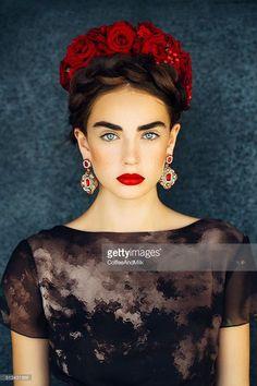 Bella con Corona de Rosas Rojas igual que los Labios Más