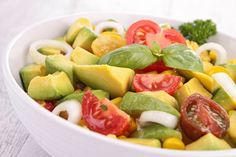 Voor wie wil minderen met vlees en snelle koolhydraten (in brood, pasta, rijst) is deze supersnelle maaltijdsalade van linzen en avocado een must-do.