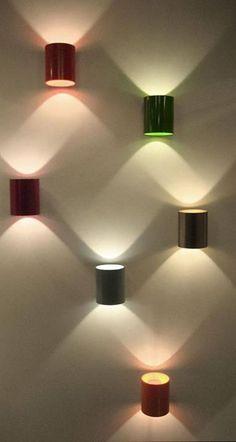 Luminárias de parede com latas de leite pintadas.