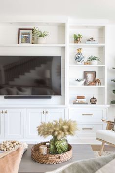 eastside costa mesa puhta soola interjoorid - The world's most private search engine Built In Shelves Living Room, Living Room Wall Units, Bookshelves Built In, Home Living Room, Living Room Designs, Built Ins With Tv, Living Room Decor With Tv, Built In Tv Wall Unit, Coastal Living Rooms