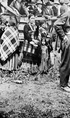 Navajo women watching sports on July 4th in Farmington, NM (pic from 1901-1907)