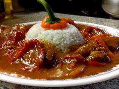 Vepřové maso na kapiích, rajčatech, víně s rýží - Maso nakrájíme na větší kostky. Cibuli orestujeme na oleji, přihodíme kostky masa, osolíme, opepříme, přidáme česnek n..