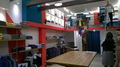 Questo é il nostro ultimo lavoro consegnato . Si tratta di un negozio di abbigliamento illuminato completamente a led sia nelle sospensioni che nei moduli con inserimento di nuovi strip led di potenza. Il risultato è eccellente specialmente nella reale identificazione dei colori. Inutile dire la estrema soddisfazione del cliente.