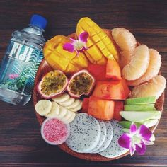 fiji with fruit / healthy lifestyle I Love Food, Good Food, Yummy Food, Yummy Lunch, Healthy Snacks, Healthy Eating, Healthy Recipes, Tumblr Food, Clean Eating