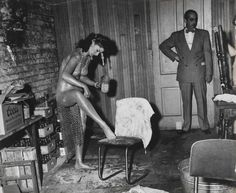 vintage everyday: 22 Amazing Vintage Photographs That Capture Everyday Life in the by Weegee Rare Photos, Vintage Photographs, Vintage Photos, Police Radio, Jazz Concert, Nostalgia, Weegee, Weird Vintage, Vintage Burlesque