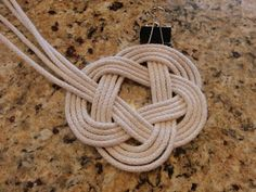 Procraftination!: Knotted Rope Coasters How To Make Coasters, Diy Coasters, Macrame Wall Hanging Patterns, Macrame Patterns, Diy Beachy Decor, Diy Macrame Earrings, Diy Bracelets Patterns, Rope Knots, Rope Crafts