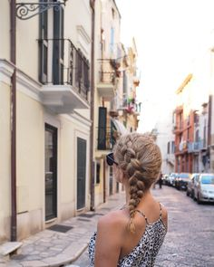 This side braid is one of my favourite travel hairstyles. Yes it's the same style as in my last post and I really do wear this a lot. Click the link in my profile to find out more travel hair tips xx #hairromance #mmreuro17