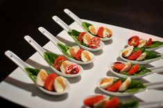 Caprese salad on a spoon One Bite Appetizers, Wedding Appetizers, Appetizer Salads, Finger Food Appetizers, Yummy Appetizers, Finger Foods, Appetizer Recipes, Mediterranean Appetizers, Mediterranean Recipes