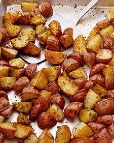 Baked Red Potato. Preheat oven to 450 degrees.In a large plastic bag, combine generious amount of pepper, salt, garlic powder, onion powder, and red potatoes.Close bag shake until potatoes are fully covered. Pour potatoes in a single layer onto cookie sheet; bake 40 minutes in the preheated oven, stirring occasionally Depending on your oven check about 25 minutes into baking so they dont burn.
