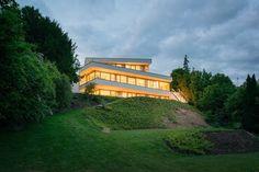 Moderne Architektenvilla am Hang : Moderne Häuser von FLOW.Architektur