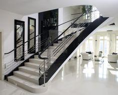 www.trabczynski.com ST655 Schody na łukowej wylewce betonowej. Policzki i poręcze wykonane z dębu malowanego na czarno na wysoki połysk, wypełnienie balustrady ze stali szlachetnej szlifowanej na wysoki połysk. Realizacja w domu prywatnym, projekt – TRĄBCZYŃSKI / ST655 Concrete, helical stair. Stringers and handrails made of oak finished with high gloss black paint. Balustrade in polished stainless steel. Private client. Design by TRABCZYNSKI. #stairs #curvedstairs #schody