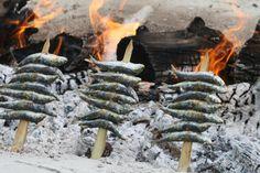 Espetos de Sardinas en Restaurante La Bahía, Salobreña. Un manjar que tienes que probar. Open Fire Cooking, House Information, Open Fires, Okinawa, Beach Club, Grills, Outdoor Camping, Geo, Barbecue
